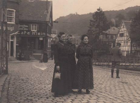 Vor dem Cafe Klein