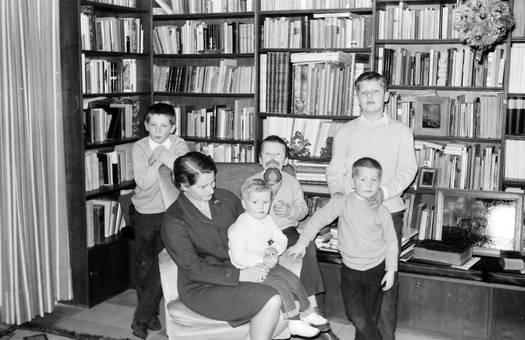 Frau & Kinder vor Bücherregal
