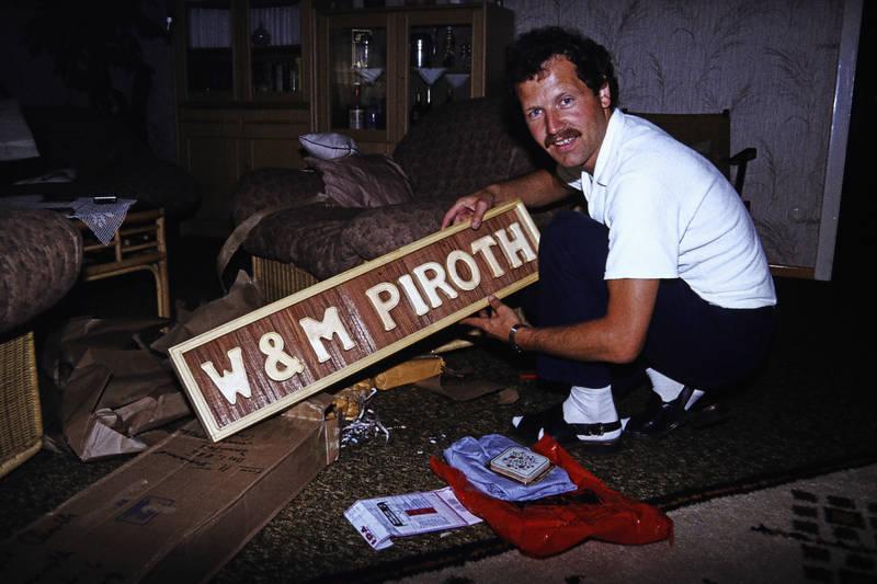 Schild, Schnurrbart, W & M Piroth, werbeschild, wohnzimmer