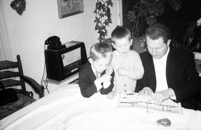 Fenster, Kindheit, Lesen, pflanze, Radio, Röhrenradio, telefon, tisch, W48