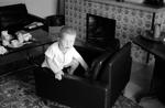 Kind auf Sessel