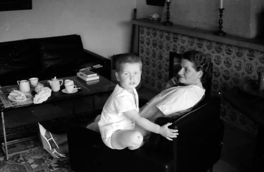 Frau und Kind am Tisch