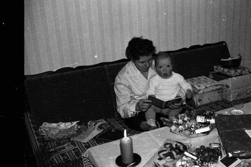 baby, couch, geschenk, Kekse, Kerze, Lesen, säugling, sofa, Weihnachtsgeschenk, Weihnachtszeit