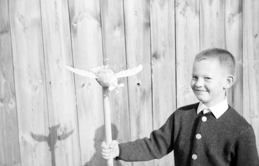 Kind mit Vogelfigur