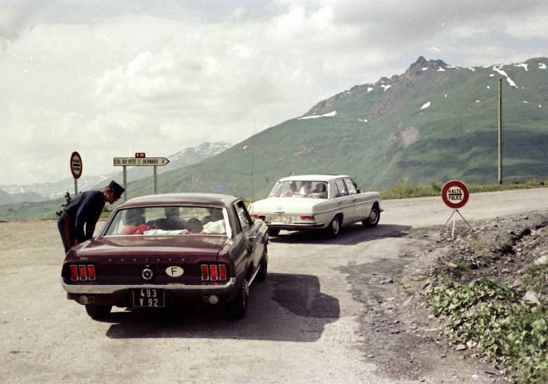 auto, ford-mustang, KFZ, mercedes-w108, nebel, PKW, polizei, polizeikontrolle, Schild, Zoll