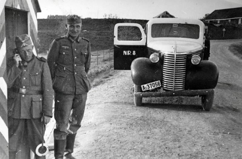 2. Weltkrieg, auto, Autotür, Chevrolet, KFZ, Nationalsozialismus, offen, PKW, Seenotrettungskreuzer, truck, Uniform, wachposten, Wehrmacht