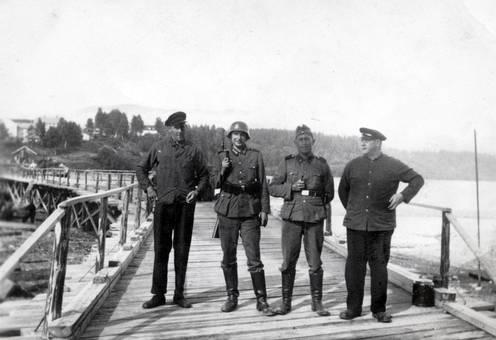 Männer auf Brücke