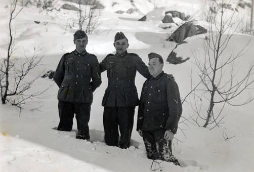 Uniformierte Männer im Schnee