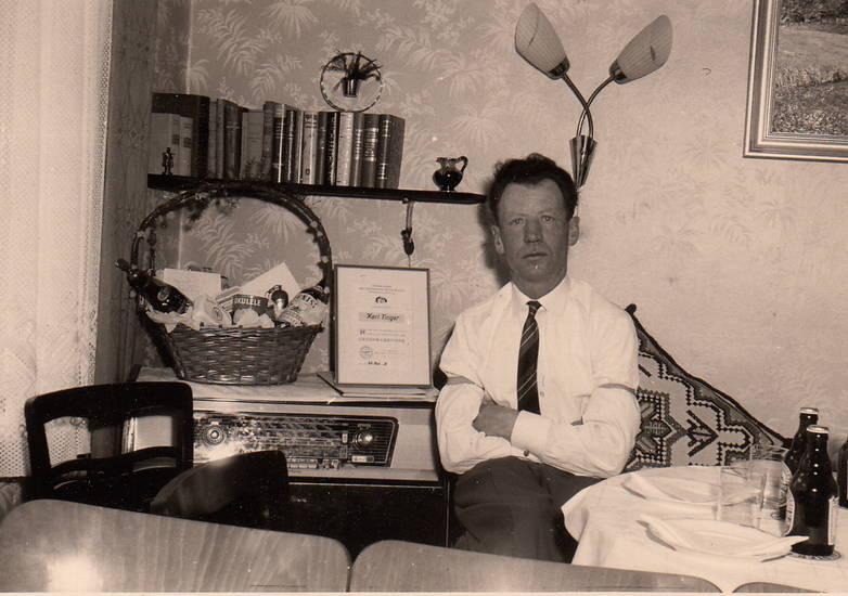bierflasche, Buch, Präsentkorb, Radio, regal, stehlampe, Urkunde
