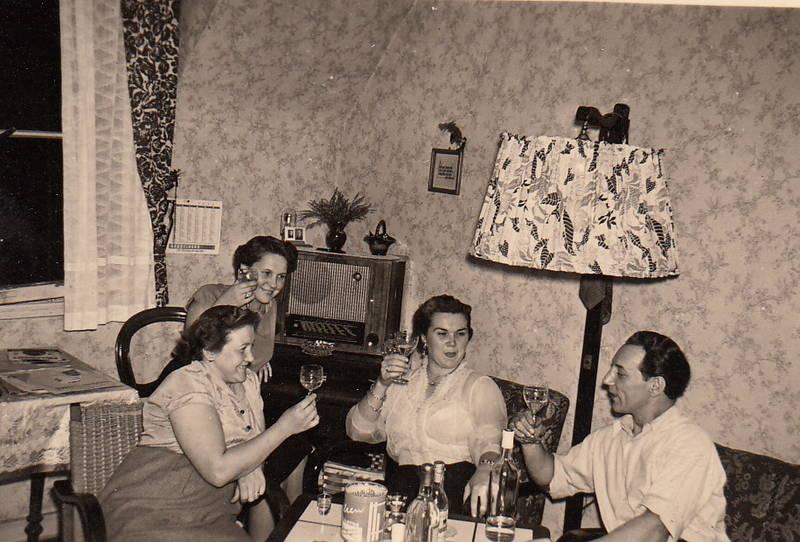 alkohol, lachen, Lampenschirm, mode, Radio, stehlampe, trinken, vorhang, zuprosten