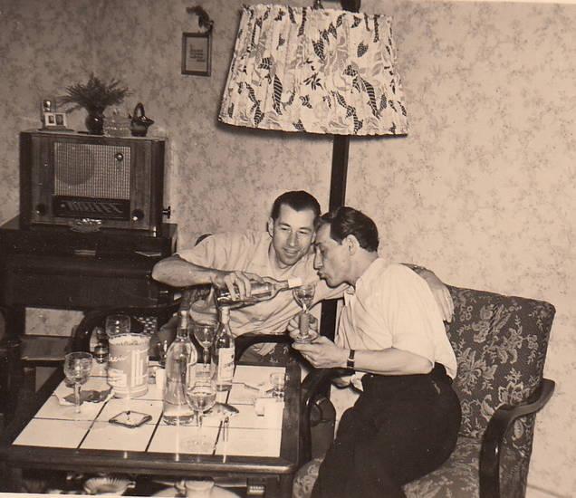 alkohol, einschütten, Fliesentisch, Glas, Kerze, Lampenschirm, Radio, sessel, stehlampe, trinken