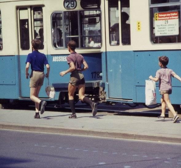 29, beiwagen, Kindheit, Kniestrümpfe, kurze hose, lederhose, münchen, sandalen, Straßenbahn, Triebwagen, Tüte