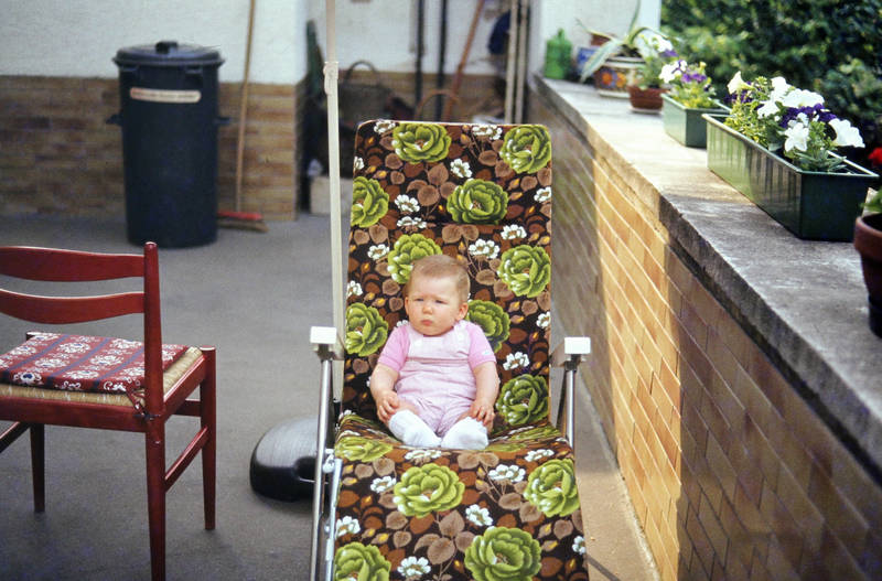 Blumenkasten, kind, kleinkind, liege, Liegestuhl, mülltonne, Terrasse