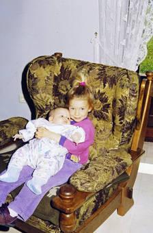 Geschwister im Sessel