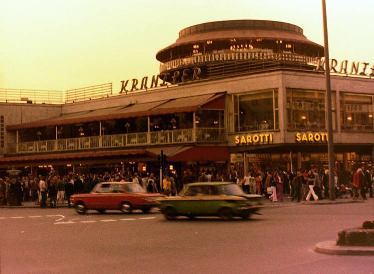 Ampel, auto, Balkon, berlin, BMW, bmw-02, café kranzler, KFZ, Konditorei, Kranzler, Kreuzung, Leuchtreklame, markise, Menschenmenge, nsu-tt, PKW, rotunde, sarotti, schaufenster, Tuning, westberlin