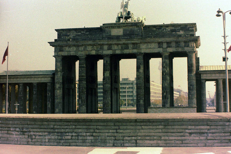 berlin, Berlin (West), brandenburger tor, fahne, Fernsehturm, Laterne, Quadriga, West Berlin