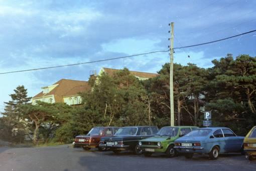 Autos vor dem Säröhus