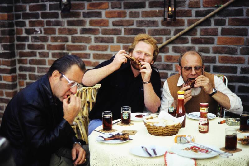 Altbier, Brille, Brot, diebels alt, Fleisch, gartentisch, ketchup