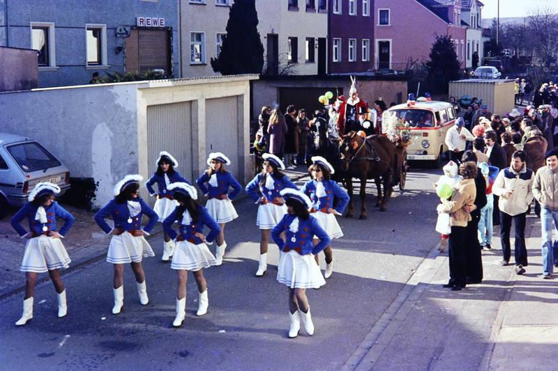 Fasching, fastnacht, karneval, Karnevalszug, krankenwagen, Tanzmariechen, vw bus