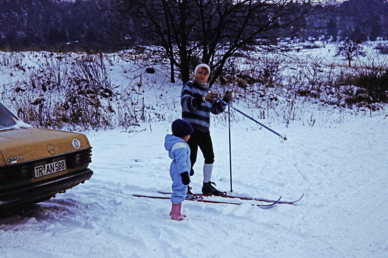 auto, Gummistiefel, KFZ, kniebundhose, Mercedes-Benz, Mercedes-Benz W 123, mercedes-w123, PKW, schnee, schneeanzug, Ski, skiausflug, skistöcke, winter
