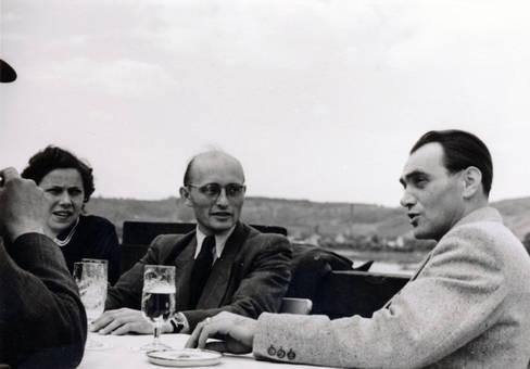 Gemeinsam im Gespräch am Tisch
