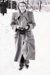 Frau im Schnee mit Kamera