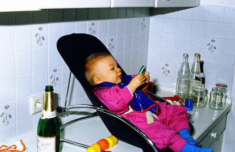 anrichte, Flasche, kindersitz, Kindheit, Küche, Riesling, Sekt, Sektflasche