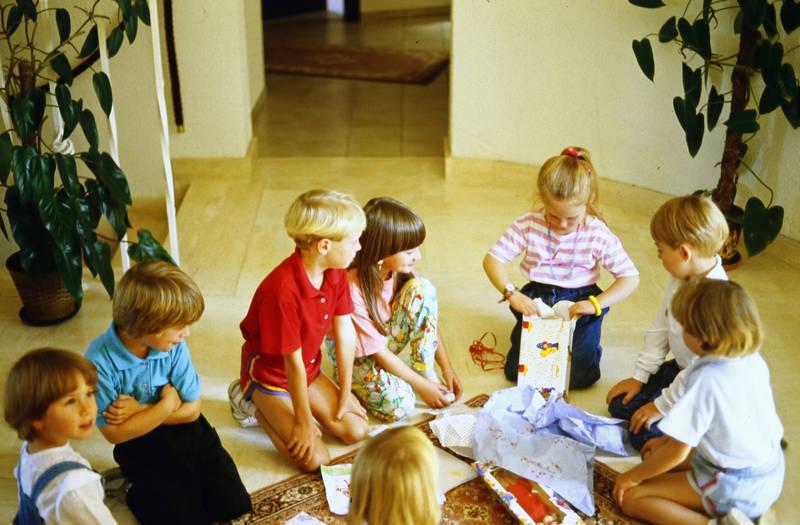 auspacken, freunde, geburtstag, Geburtstagsfeier, geschenke, Kindheit