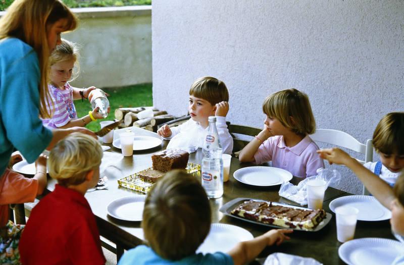 feier, freunde, geburtstag, Geburtstagskuchen, Kindergeburtstag, Kindheit, kuchen, saft, Terrasse