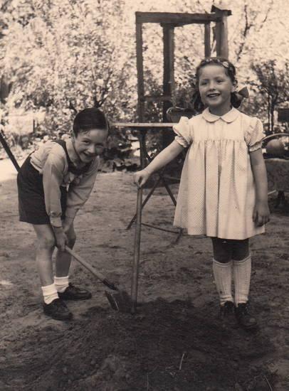 Geschwister, Kindheit, kleid, Kniestrümpfe, mode, schaufel
