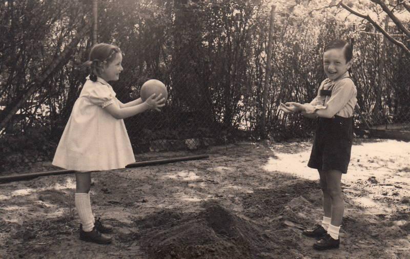 ball, Geschwister, kind, kleid, lederhose, spielen