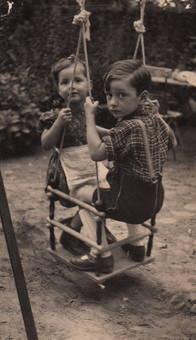 Geschwister auf der Schaukel