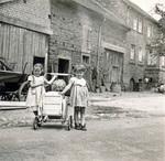 Kinder mit Puppenwagen