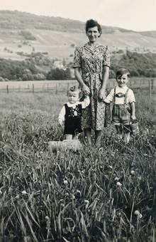 Zwei Kinder an der Hand