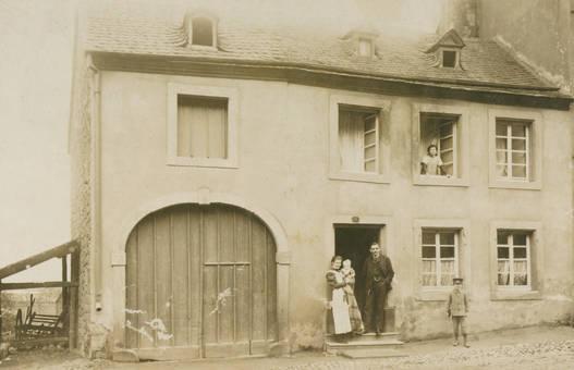 Vor dem Haus