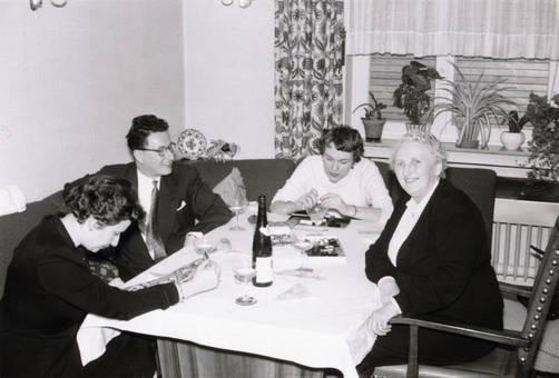 Am Tisch mit Gästen