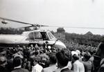Hubschrauber unter Menschen