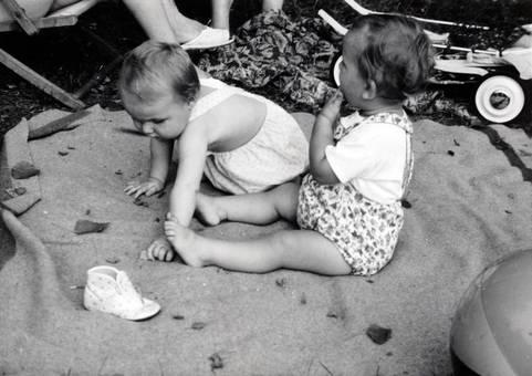 Babys auf der Picknickdecke