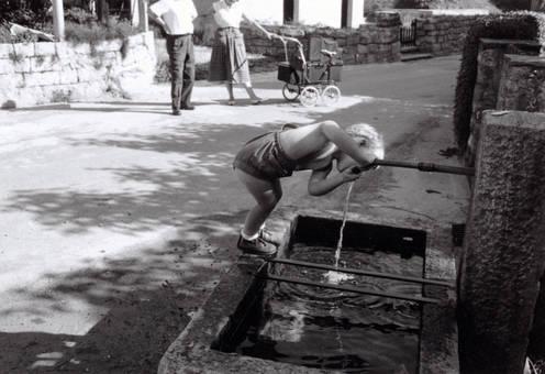 Trinken aus dem Brunnen