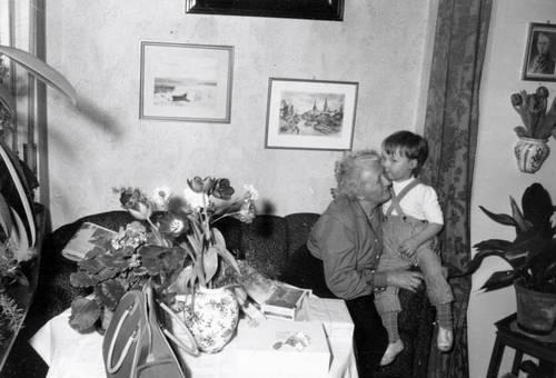 Mit Oma auf dem Sofa