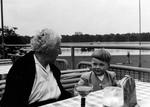 Mit dem Kind am Tisch
