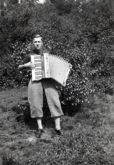 Jugendlicher mit Akkordeon