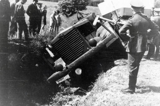 Auto in Schräglage