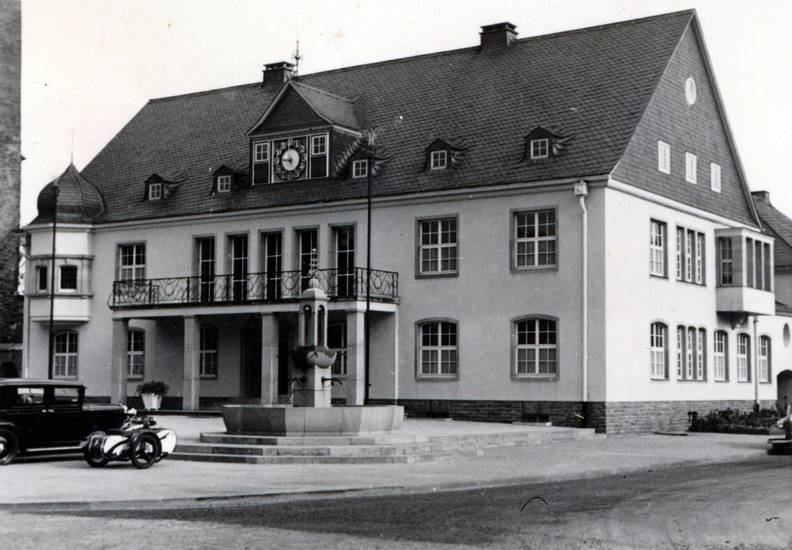 auto, Brunnen, KFZ, Motorrad, PKW, Rathaus, uhr, wiehl