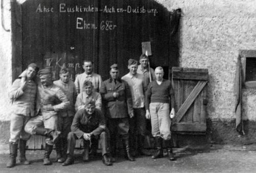 RAD-Männer vor der Unterkunft