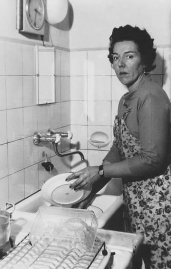 Abwasch, abwaschen, armbanduhr, fliese, frisur, Geschirr, Haar, haare, mode, Muster, schick, schürze, spiegel, Spüle, Spülen, uhr, Waschbecken, Wasserhahn