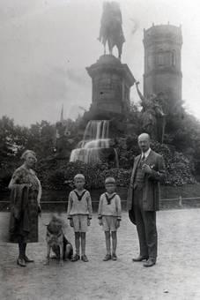 Vor dem Reiterdenkmal