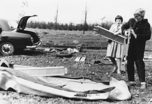 776a55873f4f8 Zwei Kinder bauen ein Boot zusammen. (1950er)