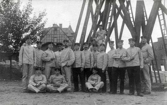 Gruppenfoto mit Uniformierten