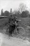 Uniformiert mit Fahrrad